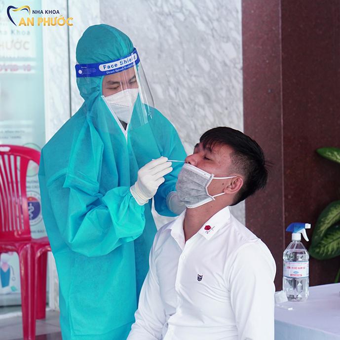 Khách hàng phải khai báo y tế, kiểm tra thân nhiệt và test nhanh kháng nguyên COVID-19.